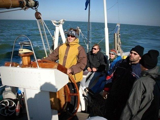 Šimon Pelikán (ve žluté bundě, u kormidla) sbíral zkušenosti už loni během expedičního projektu olomouckých rekreologů na holandské lodi Elegant, která proplouvala Severním mořem.