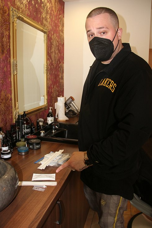 Majitel barbershopu Ferdinand Jarečný za nejlepší řešení pro provoz salonů považuje antigenní testy.