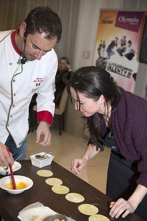 Emanuelle Ridi některé hosty vsoutěži naučil, jak se připravují ravioly.