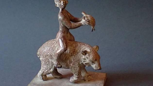 Bronzová soška Dítě, medvěd, želva, kterou Ivan Theimer věnoval do dobročinné aukce sdružení SPOLU