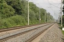 Úsek trati mezi Chomoutovským jezerem a Hlušovicemi nedaleko Olomouce, kde došlo k tragédii - z rychlíku vypadla tříletá holčička