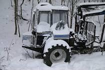 Vyvážecí souprava přišla o řadící páky či motor, zloděj způsobil škodu za 300 000 korun.