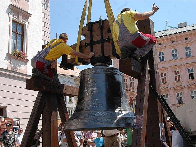Zavěšení zvonu Panna Maria na náměstí