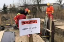 Záchranu zavalených osob ve výkopech si aktuálně procvičují členové Hasičského záchranného sboru Olomouckého kraje. Zázemí pro výcvik našli v bývalém areálu Likérky v Dolanech na Olomoucku.