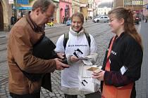 Kupte si ve středu 12. 10. u dobrovolníků bílou pastelku. Podpoříte tím speciální služby pro nevidomé a slabozraké. Dobrovolníky můžete potkat v ulicích po celé republice.