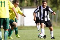 Roman Sedláček u míče. Hodolany (v černobílé) proti Grygovu