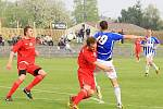 Fotbalisté Uničova (v modrobílém) proti Hulínu