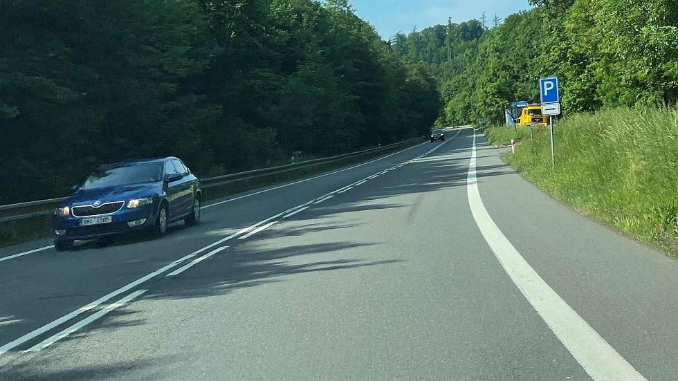 Odstavné parkoviště - místo tragické nehody na silnici mezi Lipinou a Šternberkem, 11. června 2021