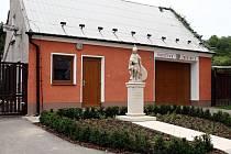 Sbor dobrovolných hasičů v Ludéřově, místní části Drahanovic na Olomoucku, má před zbojnicí zbrusu novou sochu sv. Floriána.