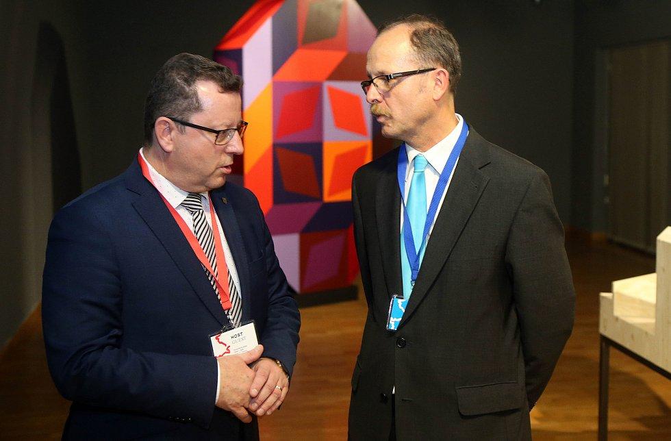 Ministr kultury Antonín Staněk (vlevo)  a ředitel Muzea umění Olomouc Michal Soukup na představení modelu SEFO v září 2018