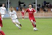 Fotbalisté Uničova porazili 1. HFK Olomouc (v bílém) 3:1. Roman Vasiljev (u míče)