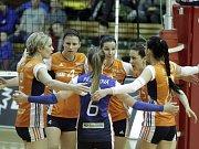 Olomoucké volejbalistky (v oranžovém) podlehly Prostějovu 0:3