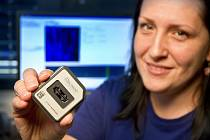 Na snímku výzkumná pracovnice Ústavu experimentální botaniky Akademie věd ČR Helena Toegelová s čipem pro optické mapování.