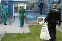Chytání pávů u urgentního příjmu v olomoucké fakultní nemocnici