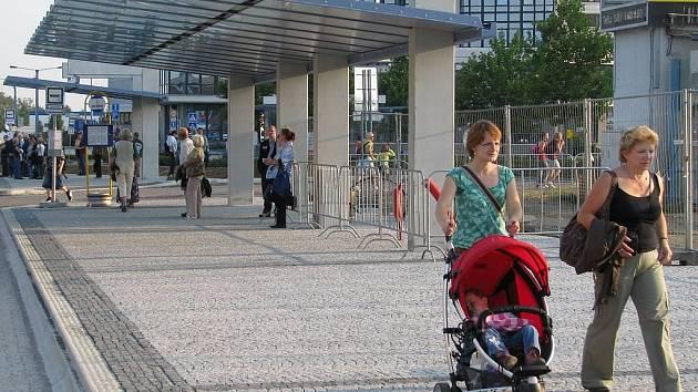 Nové zastávky autobusů před hlavním nádražím