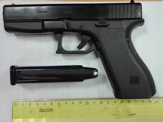 Airosoftová pistole, se kterou chlapec střílel v centru Olomouce po kolemjdoucích