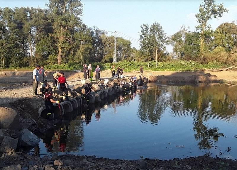 Hasiči zasahují u masivního úhynu ryb v řece Bečvě, 21. 9. 2020