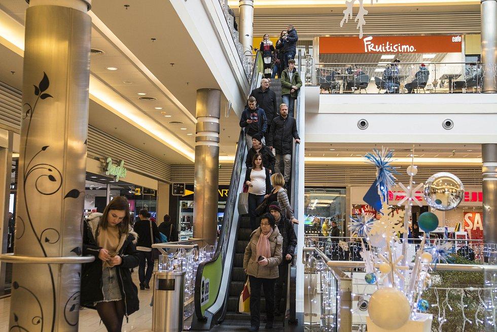 Rostou ale komplikace s dodáním zboží. Prodejci proto zákazníkům doporučují, aby neváhali a s nákupemdárků a začalico nejdříve.Potvrzují, že koronavirová pandemie narušila dodavatelské vztahy.