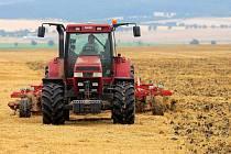 Jen traktory při podmítce prohání v těchto dnech na polích zemědělci z Hané. Deštivé počasí nedovolí pokračovat ve žních.