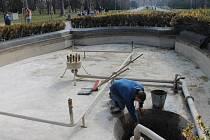 Čištění fontány ve Smetanových sadech