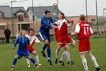 Fotbalisté Litovle (v modrém) a Hněvotína. Ilustrační foto.
