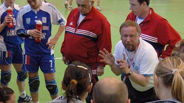 Trenér DKH Olomouc Lubomír Krejčíř uděluje pokyny.
