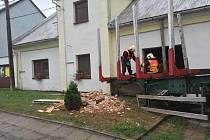 Hasiči zasahují u vážné nehody v Hnojicích. Odpojený přívěs tam proboural zeď rodinného domu