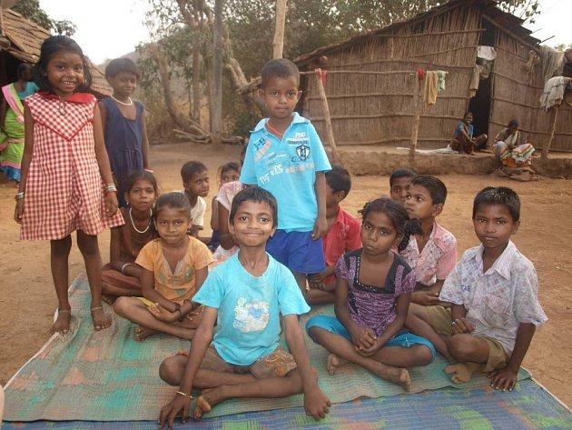 Řada dětí z kmene Kathkaris navštěvuje školu, kterou provozují bethánské sestry. Ty se snaží zabránit utlačování kmene zvýšením vzdělanosti