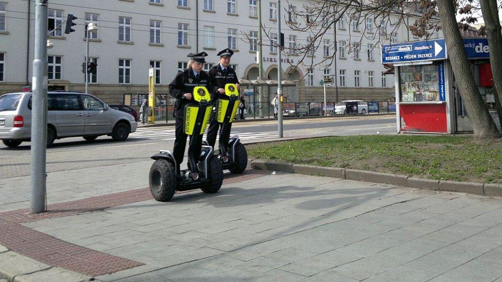 Olomoucké strážnice na vozítkách segway. Ilustrační foto