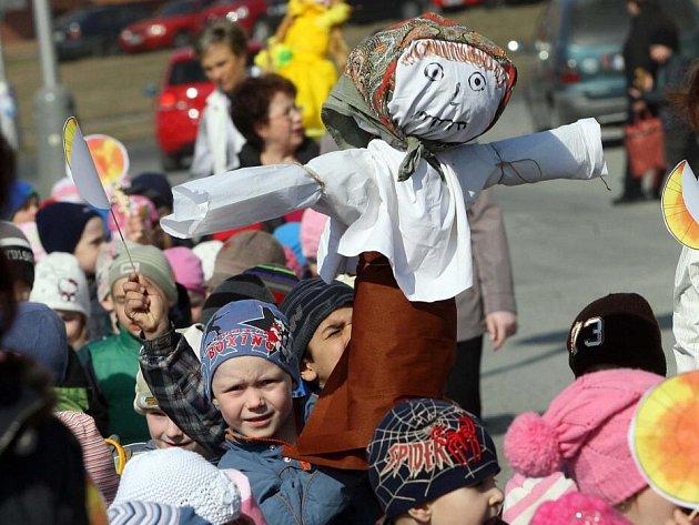 Děti z olomoucké mateřské  školy Holečkova hodily Moranu do Moravy