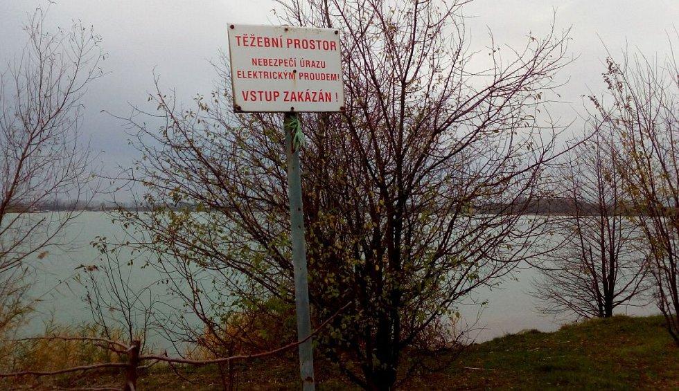Stávající těžební prostor s omezením pro vstup. Pro rekreaci je vymezena část jezera blíže Náklu a komunikaci.