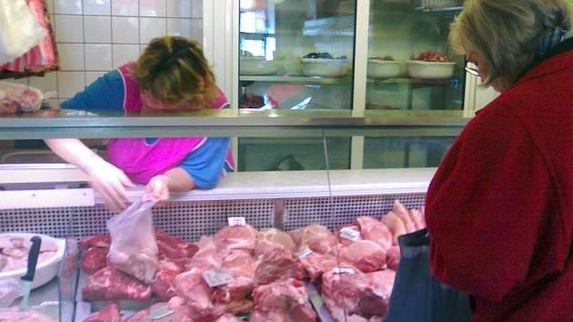V prodejně masa a uzenin.