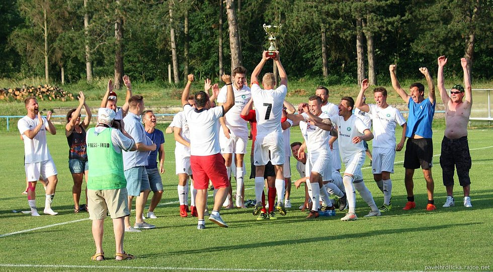 Fotbalisté Všechovic (v bílém) ve Šternberku oslavili titul.