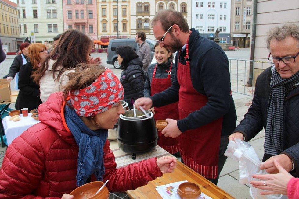 Den lidí bez domova na Horním náměstí v Olomouci s benefiční polévkou