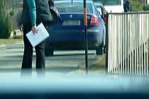 Výřez fotografie pořízené neznámým autorem sledujícím starostů Štítů na údajné schůzce s přítelkyní