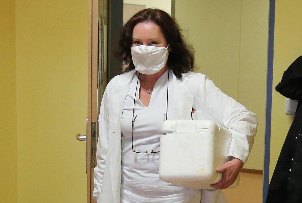 První vakcíny proti covidu už se distribuují do nemocnic po celé ČR