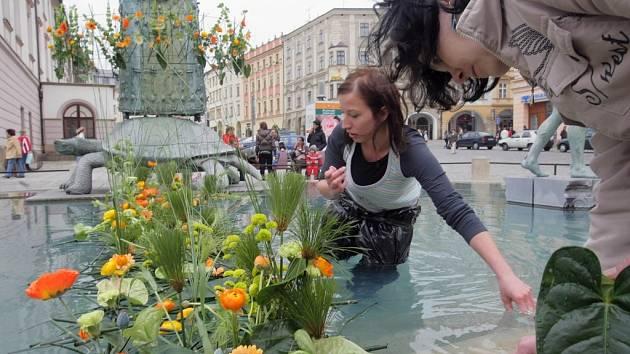 S jarní výstavou Flora souvisí i ozdobení Arionovy kašny květinami.