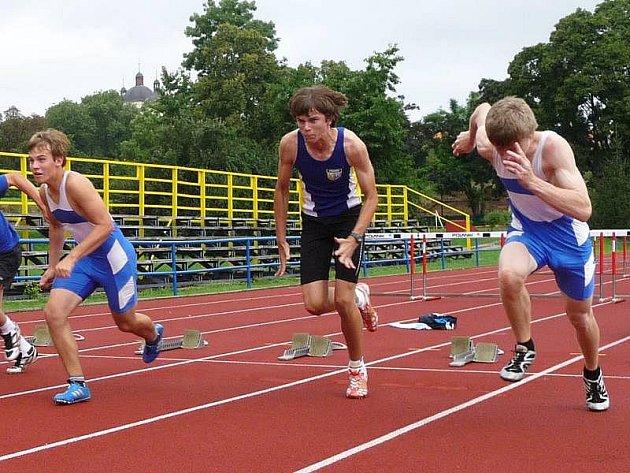Běh starších žáků na 60 m vyhrál Petr Šroubek /prvý zprava/ časem 7,79s