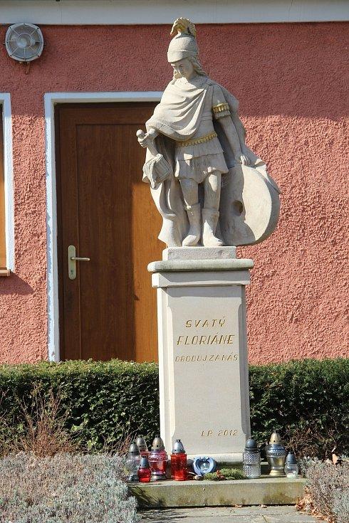 Socha svatého Floriána před hasičskou zbrojnicí v Ludéřově