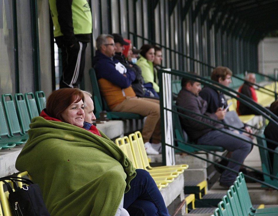 Fotbalisté Holice (v černém) prohráli se Slavičínem 0:1.