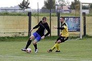 Fotbalisté Nových Sadů (ve žlutém) porazili Kozlovice 3:1Petr Nekuda (vlevo) a Marek Samek