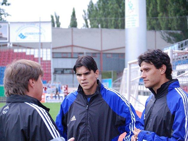 Augustin Chromý (vlevo) v živé debatě s brazilskými posilami Sigmy Olomouc s Daniely Buenem a Rossim (vpravo).
