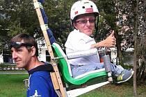 Michal Koutný z Olomouce s nosičem Zdeňkem Páchou, který s akcí Bez vozíku na střeše Evropy přišel