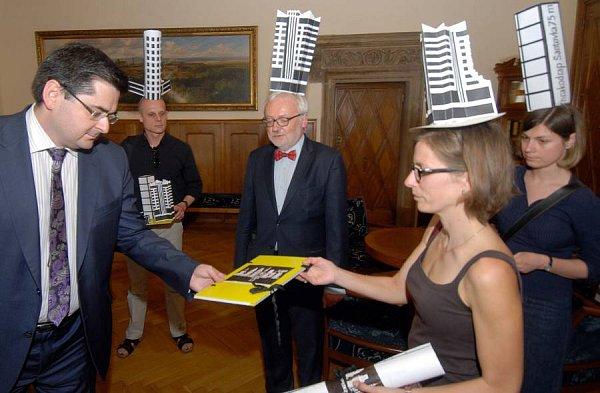Sdružení Za krásnou Olomouc předalo petici proti stavbě nových výškových budov primátorovi Olomouce Martinu Novotnému