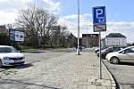 Přestože stání na parkovišti je zadarmo, volných míst na tržnici bylo ve všední den více než obvykle, 23. 3. 2020