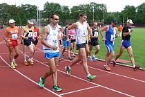 Start závodu v hodinove chůze na dráze s pozdějším vítězem Maderou (č. 10), Zajíc (č. 6) byl druhý