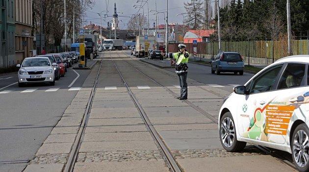 Policie řídí dopravu na křižovatce uMyší díry. 1.dubna 2015
