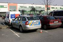 Policie hledá řidiče, který jí u olomouckého Globusu naboural služební auto