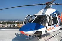 Vrtulník krajské záchranky na heliportu v Olomouci