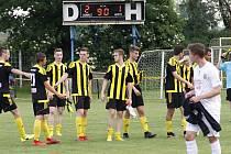 Fotbalisté Nových Sadů (ve žlutočerném) porazili Strání 2:1.